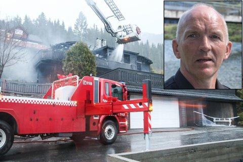 UFORSTÅELEG: Brannsjef Bernhard Øberg forstår ikkje kvifor brannen blussa opp igjen etter mannskapet hadde forlate brannstaden.