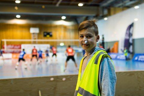 BALLGUTT: Tobias Østerbø fekk ballen i ansiktet før kamp, men let ikkje ein blødande nase stoppe seg.