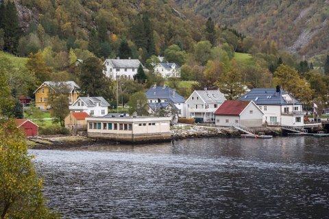 VIL SIKRE ÅLMENTA TILGJENGE: Høyanger kommune ønskjer å avgrense privatisering av strandsona i denne delen av Vadheim, mellom anna ved å rydde opp i bryggjer / flytebryggjer som allereie er bygde.