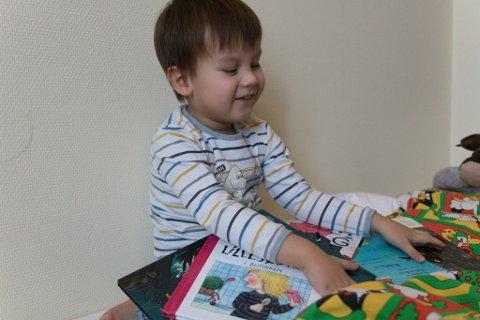 KVELDSRUTINE: Edvard les gjerne i bøker kvar einaste dag, og særleg før han skal sove. Då dreg han gjerne fram ti bøker. – Då går vi gjennom dei alle. Nokre les vi begge i, noko ser han på, eller så les eg, seier pappa Erlend.
