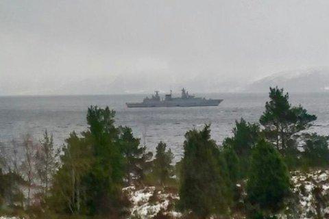 ØVING: Dette bildet er teke frå land i Hyllestad kommune tysdag. No er denne og dei andre båtane som er med på øvinga på veg sørover.