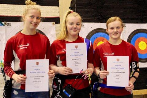 LAGREKORD: Prisha Korkowski, Sara Eide og Oda A. Benjaminsen sette norsk lagrekord for jenter junior.