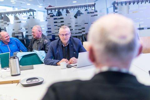 Helge Schei (bildet) står fast på at han er samfunnsplanleggar, sjølv om Kjartan Myklebyst har sådd tvil om fagkunnskapen hans i eit tidlegare lesarinnlegg i Firda.