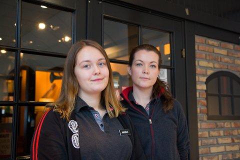 MINDRE UTBETALT: Lærling Michelle Solheim (t.v.) og dagleg leiar ved Peppes Pizza i Førde, Kristine Sand Johnsen ser at dei tilsette får mindre igjen av tipspengane no enn før.