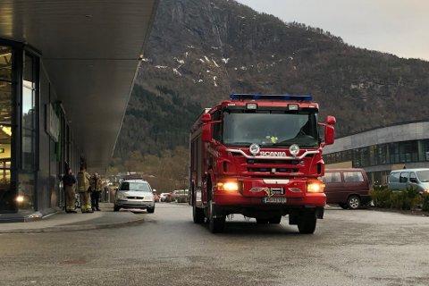 KONTROLL: Brannvesenet har fått kontroll på bilbrannen.