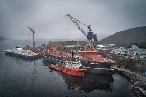 STORE TAL: Det er stor aktivitet på skipsverftet til Havyard i Leirvik.