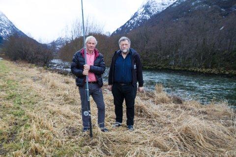 FRUSTRERTE: Fiskar Inge Bergheim (t.v.) og leiar i Breim vilt- og fiskelag, Ola Bergheim, er frustrert over at oteren tek mykje av fisken i vassdraga ved Bergheimsvatnet og Breimsvatnet.