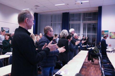 TRAMPEKLAPP: Prosjektgruppa vart takka med trampeklapp frå dei frammøtte på folkemøtet etter å ha presentert planane og gåva frå Trond Mohn.