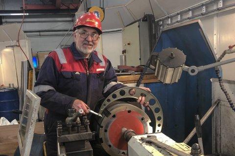 ALLTID PÅ ARBEID: Arvid Dale har arbeidd i snart 50 år på Havyard verft. Her maskinerer han lagerforingar til ein stor fabrikktrålar.