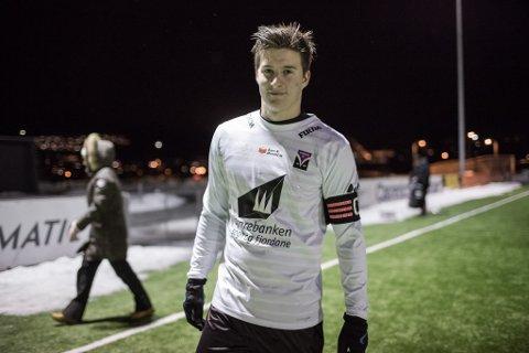 PÅ SCORINGSLISTA: Ruben Holsæter scora Førde sitt første mål i kampen, då han sette eit frispark frå litt over 16 meter over muren og opp i krysset.