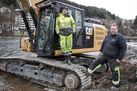 VÅTT ARBEID: Einar Nitter og Frans Albert Fureli frå Røyseth Maskin.