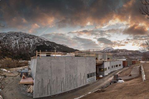 KAN BLI ADVOKATMAT: Førde kommune og Åsen & Øvrelid hevdar at Trondheim-firmaet Agraff arkitekter AS er ansvarlege for forseinkingane og meirkostnadane i samband med nye Førde kulturskule. Agraff hevdar at Åsen & Øvrelid er ansvarleg. (Digital montasje av 12 eksponeringar.)