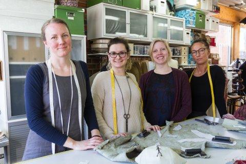 SYR FOR HARDE LIVET: Anna Wingård (39), Sakiba Arnautovic (26), Rebecca Dalhe (25) og Anette Røsandhaug (41) har laga dei spesielle kostyma til Translyria, som har premiere på Sogn og Fjordane teater på fredag.
