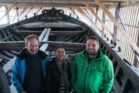 RETT: Museumsstyret gjer jobben når dei legg vekk Kløften-prosjektet, meiner Leidulf Gloppestad. Det opnar for andre prosjekt, mellom anna utstillingsbygg for Holvikejekta på Sandane. Dette bildet er frå 2015 der Gloppestad (t.h.) er saman med Åsmund Kristiansen, leiar fartøyvernavdelinga Hardanger fartøyvernsenter og dåverande direktør ved Nordfjord Folkemuseum, Aslaug Nesje Bjørlo, ombord i jekta.