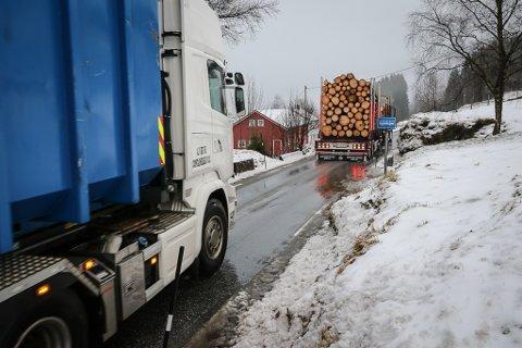 SAMBINDINGSVEG: Slik er forholda for tungtransporten på fv. 57. Trafikken har vore aukande sidan Dalsfjordsambandet opna og batt også Askvoll saman med ferdselsåra innover til Førde og E39.