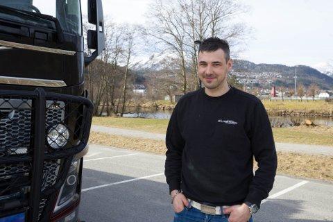 HENTAR OG BRINGAR KØYRETØY: Flaten har jobba hjå Magne Hafstad AS i 9 år.