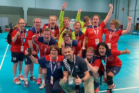 BRONSELAGET: Det norske handball-laget er jublande glade for bronse i Special Olympics.