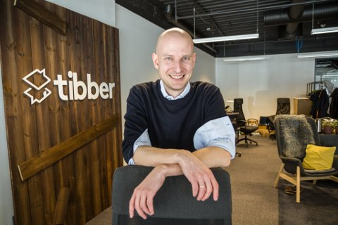 TILSET: Edgeir Aksnes starta opp Tibber i 2016. Teknologiselskapet har vakse raskt og har hovudkontor på Peak Sunnfjord i Førde.