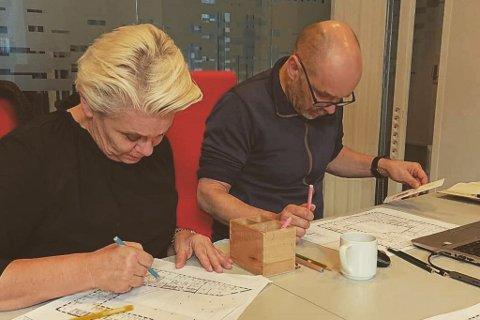 TRONGT: Ellen Jensen og Øystein Høyvik må tenke kreativt for å finne arbeidsstad til alle som skal jobbe i rådhuset i Førde i Sunnfjord kommune.