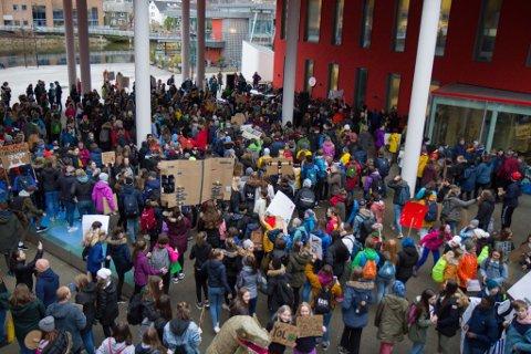 Tusenvis av skuleelevar streika over hele landet. Fredag 22. mars samla mange seg i Førde.