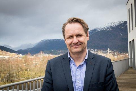 SØKER TILSETTE: Åge Stafsnes, skulesjef, har fått 99 søkjarar. Det er han nøgd med.