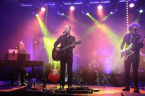 FØRSTE GONG: Her står Øyvind Selvik (i midten) og syng sin eigen musikk frå den nye plata. Med på bildet er også Frida Leknes (t.v), Richard Herland (bak i røykteppet på trommer) og Halvar Husefest Lunde.