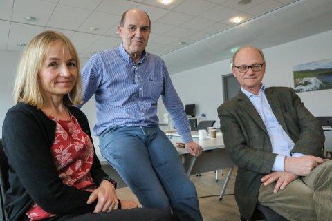 SAMANSLÅING? BKKs toppsjef Jannicke Hilland forhandlar med Sunnfjord Energis styreleiar Arvid Andenæs (i midten) og adm. dir. Fredrik Behrens om å fusjonere dei to selskapa.