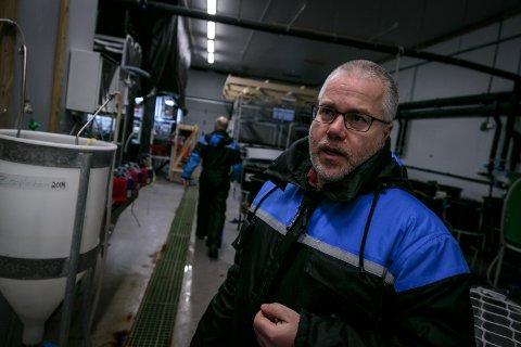 GIFTIG: Sonnich Meier leiar eit prosjekt som heiter EGGTOX, som undersøker kor giftig olje er for fiskeegg og larvar. På bildet gjer han eit eksperimentet med djuphavssvampar som blir eksponerte for oljekonsentrasjonar tilsvarande dei du kan vente i eit utslepp a la Deepwater Horizon.