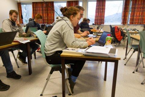 BØYGD: Elevar på Mo-avdelinga av Mo og Øyrane vidaregåande skule klagar på pulthøgda, som fører til at dei må sitte framoverbøygd i timesvis.