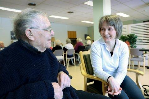 GLEDE: Martin Skrede gler seg over at dei får tilbake aktivitetstilbodet ved sjukeheimen. Det same gjer Jofrid Aardalsbakke som tok initativ til eldrebingo driven på dugnad.
