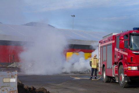 ØVING: Brannvesenet i Førde øvde på ein bilbrann måndag.