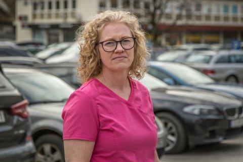 FORTVILAR: Sentrum Sør Tannhelsesenter slit med å finne parkeringsplassar. Tannlege Laila Claussen merkar det som eit stort problem for pasientane. Bildet er tatt i samanheng med ei tidlegare sak.