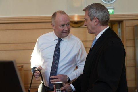 FORSVARARANE: Advokatane Tore Angen (t.v.) og Kolbjørn Margido Lium forsvarar den tidlegare logistikksjefen i Ewos.