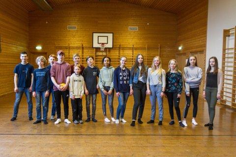 Ungdomstrinnet på Viksdalen skule: Hans Martin Eldal Skilbrei (15), Sverre Storøy (14), Daniel Råheim Hornes (14), Frode Espeseth (16), Teodor Bell (14), Martin Ness (14), Simen Oppedal Iversen (13), Sabrina Fesehaghergis (13), Guoda Jurgaityte (15), Mariell Skudalsnes (15), Aurora vallestad 15, Oline tefre hoff (13), Anna Oppedal Iversen (13) og Greta Jurgaityte (14)