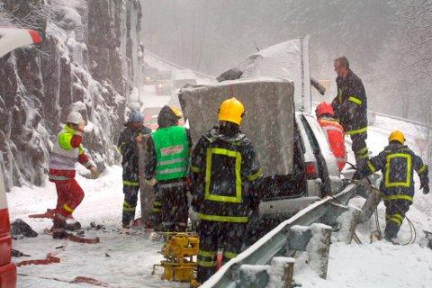ALTMOGLEG-BRANNFOLKA: Oftare og oftare er det brannkorpsa som kjem først på ulukkesstadane og som må handtere den første kritiske fasen. Biletet er frå ei trafikkulukke i nærleiken av Førde nokre år tilbake i tid.
