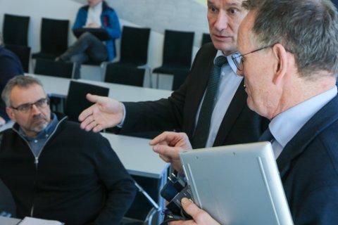 INGA OVERFLOD: Fellesnemnda får ein tøff jobb med å lage budsjett og økonomiplan. Her diskuterer Førde-ordførar Olve Grotle (i midten) med prosjektleiar Ole John Østenstad. T.v. Ole Johnny Stubhaug (Sp).