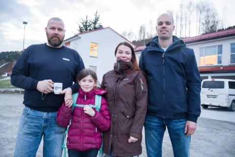 VIL HA ELEVANE SINE HER: Ole Erik Thingnes, dotter Martine, Mai-Britt Grytten og Terje Sekse Horne meiner Vevring skule er avgjerande for bygda. Folkemøte på Vevring skule