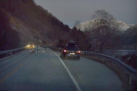 KJØTVARER: Kjøtvarer låg strødde i vegen. Til alt hell var ingen andre bilar i nærleiken då uhellet skjedde.