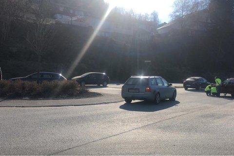PROBLEM: Ein bil (t.h) fekk problem i rundkøyringa ved Førde hotell.