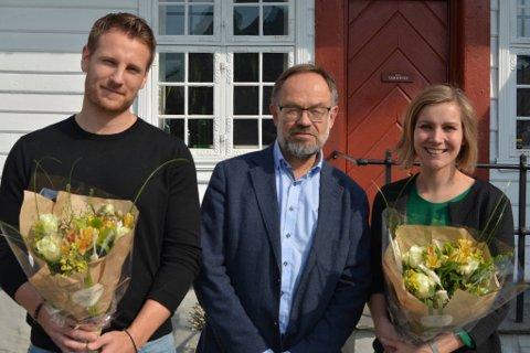 STIPENDVINNARAR: Kristoffer Hundershagen (t.v) og Julie Ane Ødegaard Borge har fått utdelt nynorskstipend av Magne Aasbrenn, leiar i Noregs Mållag.