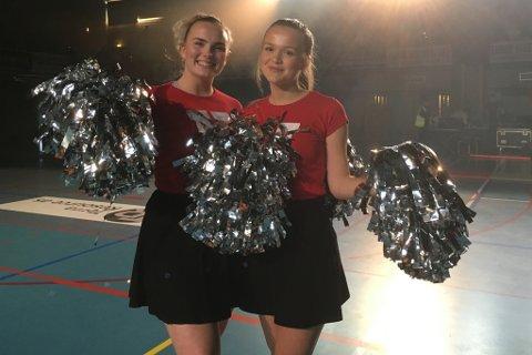 HEIAGJENG: Cheerleaders heiter det på amerikansk, og det er 14 slike frå Hafstad vgs. i Førdeuset i kveld. Her Amalie Birkelid Kvellestad(18) og Gjertine Ravnestad Sanne Gundersen (18).