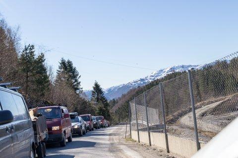 LANG KØ: Køen ved Sunnfjord Miljøverk står langt ned i bakken måndag, og køen vart berre større den korte tida Firda var innom.