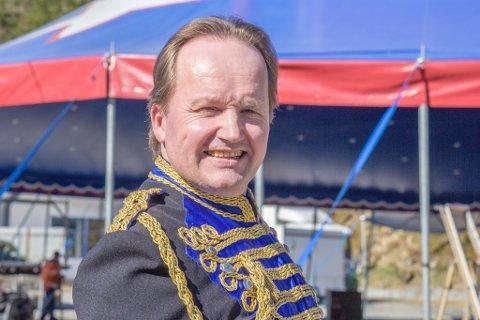 UHELDIG: Etter å ha besøkt Marius Gaigu på sjukehuset, må sirkusdirektør Jan Ketil Smørdal leite etter vikar. Han har planlagt eit stramt program, med tretti framsyningar på tretti dagar.