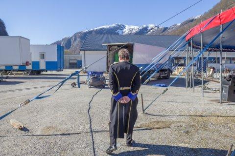 I MEDGANG OG MOTGANG: Jan-Ketil Smørdal (54) frå Eid seier han er klok av skade etter å ha vore overarbeidd. Han er hekta på sirkus, og var 25 år då han etablerte Cirkus Agora i 1989.