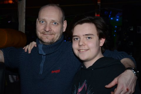 SAMAN: Karl MartinHennøen (42)  og sonen Sondre (18) har felles interesse for dataspel. Denne påska er dei saman på The Gathering i Vikingskipet.