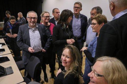 VESTLANDSVALET: Berre to av 17 vallister har førstekandidat frå vår del av storfylket. Det er Venstres Gunhild Berge Stang (sitjande i midten) og KrFs toppkandidat Trude Brosvik (ståande i blå kjole).