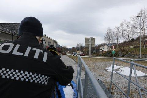 MÅLTE FART: Einar Vereide jakta på fartssyndarar på Vassenden tysdag. Denne veka har politiet ekstra fokus på fart, og tal kontrollar blir høgre enn vanleg.