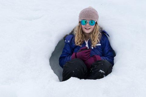 SNART PLASS: Emilie Seim Aasebø underheld seg sjølv ved å grave snøhole på Gaularfjellet.