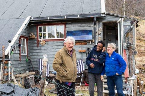 ELVASUS: Ragnar Tore og Anny Hofvik med barnebarnet Emanuel. Hytta har solcellepanel, men ikkje innlagt vatn. Det må dei hente i elva.