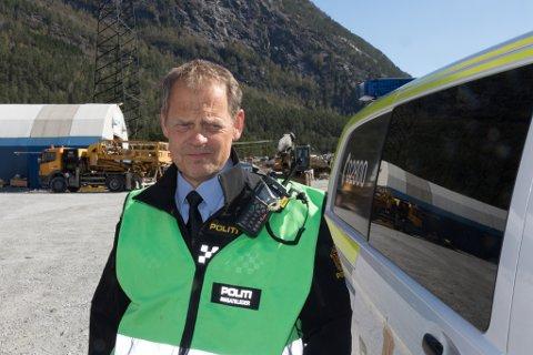 LÅNTE HJELM: Innsatsleiar Gunnar Englund i politiet måtte låne ein arbeidshjelm då han kom til ulykkesstaden fleire hundre meter inne i fjellet.